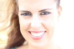 Υψηλό βασικό πορτρέτο του νέου χαμόγελου γυναικών brunette μια ηλιόλουστη στοκ φωτογραφίες με δικαίωμα ελεύθερης χρήσης