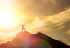 Υψηλό επίτευγμα, οι σκιαγραφίες του κοριτσιού, στην κορυφή του βουνού, στοκ εικόνα