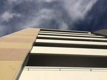 Υψηλό κτήριο με το μπλε ουρανό και το σύννεφο στοκ φωτογραφίες