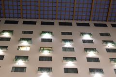 Υψηλό κτήριο ξενοδοχείων ανόδου μέσα στη μεγάλη λεωφόρο αγορών στοκ εικόνα