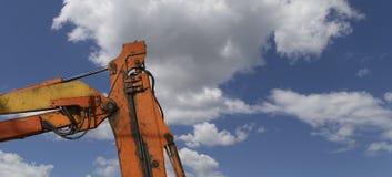Υψηλών και βαριών κατασκευής μηχανήματα μηχανημάτων κατασκευής, στον ουρανό με τα σύννεφα Στοκ Φωτογραφίες