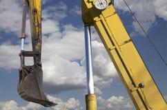 Υψηλών και βαριών κατασκευής μηχανήματα μηχανημάτων κατασκευής, στον ουρανό με τα σύννεφα Στοκ φωτογραφίες με δικαίωμα ελεύθερης χρήσης