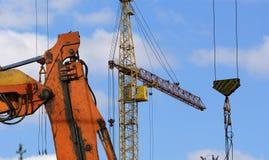 Υψηλών και βαριών κατασκευής μηχανήματα μηχανημάτων κατασκευής, στον ουρανό με τα σύννεφα Στοκ Φωτογραφία