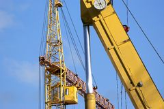 Υψηλών και βαριών κατασκευής μηχανήματα μηχανημάτων κατασκευής, στον ουρανό με τα σύννεφα Στοκ Εικόνα
