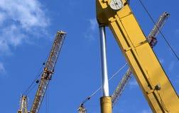 Υψηλών και βαριών κατασκευής μηχανήματα μηχανημάτων κατασκευής, στον ουρανό με τα σύννεφα Στοκ Εικόνες