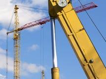 Υψηλών και βαριών κατασκευής μηχανήματα μηχανημάτων κατασκευής, στον ουρανό με τα σύννεφα Στοκ εικόνα με δικαίωμα ελεύθερης χρήσης