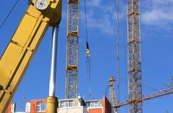 Υψηλών και βαριών κατασκευής μηχανήματα μηχανημάτων κατασκευής, στον ουρανό με τα σύννεφα Στοκ εικόνες με δικαίωμα ελεύθερης χρήσης