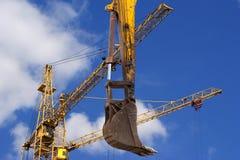 Υψηλών και βαριών κατασκευής μηχανήματα μηχανημάτων κατασκευής, στον ουρανό με τα σύννεφα Στοκ φωτογραφία με δικαίωμα ελεύθερης χρήσης
