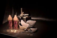 Υψηλά βαλμένα τακούνια παπούτσια γοητείας ζευγαριών πολυτέλειας στο χρυσό μετάξι με τα κιβώτια δώρων Στοκ Εικόνα