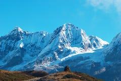 Υψηλά βουνά, που καλύπτονται από το χιόνι. Στοκ φωτογραφία με δικαίωμα ελεύθερης χρήσης