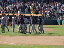 Υψηλά πέντε χέρια του Red Sox στο τέλος του παιχνιδιού που γιορτάζει κερδίζουν Στοκ Εικόνα