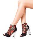 Υψηλά παπούτσια τακουνιών γοητείας στα τέλεια πόδια πέρα από το άσπρο υπόβαθρο Στοκ φωτογραφίες με δικαίωμα ελεύθερης χρήσης