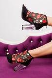 Υψηλά παπούτσια τακουνιών γοητείας στα τέλεια πόδια Στοκ εικόνες με δικαίωμα ελεύθερης χρήσης
