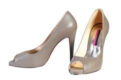Υψηλά τακούνια παπουτσιών μόδας γυναικών καφετιά στο άσπρο υπόβαθρο Στοκ εικόνες με δικαίωμα ελεύθερης χρήσης