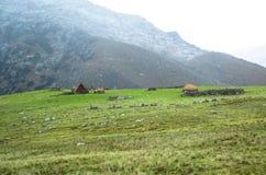 Υψηλές πέτρινες καλύβες ανύψωσης στο κεντρικό Περού Στοκ εικόνα με δικαίωμα ελεύθερης χρήσης