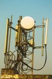 Υψηλές τηλεπικοινωνίες δομών μετάλλων ιστών στον πύργο με το μπλε ουρανό Στοκ Φωτογραφίες