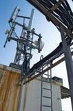 Υψηλές τηλεπικοινωνίες δομών μετάλλων ιστών στον πύργο με το μπλε ουρανό Στοκ Εικόνα