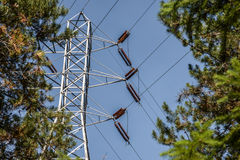 Υψηλής εντάσεως ηλεκτροφόρα καλώδια και πύργος Στοκ Εικόνα