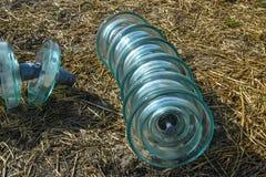 Υψηλής τάσεως μονωτές των μονωτών γυαλιού Εγκατάσταση των υψηλής τάσεως ηλεκτροφόρων καλωδίων στοκ φωτογραφία με δικαίωμα ελεύθερης χρήσης