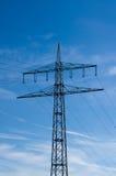 Υψηλής τάσεως πυλώνες ηλεκτρικής ενέργειας ενάντια στο μπλε ουρανό στοκ φωτογραφία