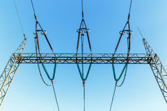 Υψηλής τάσεως πυλώνες ηλεκτρικής ενέργειας ενάντια στο μπλε ουρανό στοκ εικόνα με δικαίωμα ελεύθερης χρήσης
