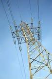 Υψηλής τάσεως στήριγμα μετάλλων ηλεκτροφόρων καλωδίων πέρα από το μπλε ουρανό Στοκ φωτογραφία με δικαίωμα ελεύθερης χρήσης
