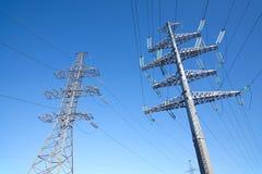 Υψηλής τάσεως στήριγμα μετάλλων ηλεκτροφόρων καλωδίων πέρα από το σαφή ασυννέφιαστο μπλε ουρανό Στοκ εικόνα με δικαίωμα ελεύθερης χρήσης
