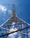 Υψηλής τάσεως στυλοβάτης μετάλλων ηλεκτροφόρων καλωδίων πέρα από την κάθετη άποψη μπλε ουρανού Στοκ εικόνα με δικαίωμα ελεύθερης χρήσης