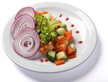 Φυτική σαλάτα που εξυπηρετείται στο άσπρο πιάτο Στοκ Εικόνες