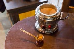 Υψηλή άποψη γωνίας σχετικά με fondue το δοχείο και το κουτάλι Στοκ Φωτογραφίες