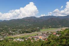 Υψηλή άποψη γωνίας της πόλης γιων της Hong mae και του αερολιμένα γιων της Hong διαδρόμων mae στοκ φωτογραφία με δικαίωμα ελεύθερης χρήσης