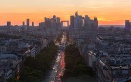 Υψηλή άποψη γωνίας της υπεράσπισης Λα που παρουσιάζει ορίζοντα του Παρισιού στο ηλιοβασίλεμα Στοκ Φωτογραφία