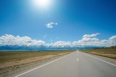 Υψηλή άποψη γωνίας του δρόμου που οδηγεί στα βουνά στοκ εικόνα