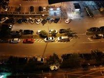 Υψηλή άποψη γωνίας των σταθμευμένων αυτοκινήτων στο δρόμο τη νύχτα Στοκ Εικόνες