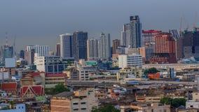 Υψηλή άποψη του φωτεινού σηματοδότη πόλεων και θαμπάδων στη νύχτα απόθεμα βίντεο