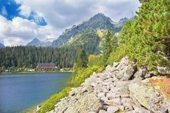 Υψηλή λίμνη Tatras - Popradske Pleso με το σαλέ Στοκ φωτογραφία με δικαίωμα ελεύθερης χρήσης