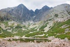 Υψηλή αιχμή Tatras - Lomnicky και αιχμή Kezmarsky από το pleso Skalnate Στοκ Φωτογραφίες
