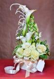 Υψηλή ανθοδέσμη των άσπρων τριαντάφυλλων σε ένα κιβώτιο, που δένεται με μια κορδέλλα, με το α Στοκ Φωτογραφίες