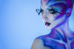 Υψηλή γυναίκα κοινωνίας με τη δημιουργική τέχνη σωμάτων που κοιτάζει μακριά Στοκ Εικόνες