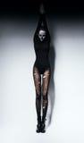 Υψηλή γυναίκα στη σύνθεση κρανίων και pantyhose Στοκ εικόνα με δικαίωμα ελεύθερης χρήσης