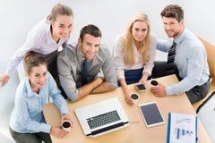 Υψηλή γωνία των επιχειρηματιών στον πίνακα στοκ φωτογραφίες