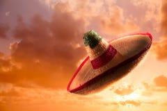 Υψηλή εικόνα αντίθεσης του μεξικάνικων καπέλου/του σομπρέρο στον ουρανό στοκ εικόνες