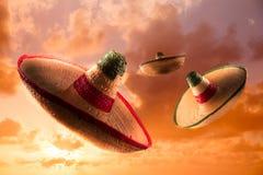 Υψηλή εικόνα αντίθεσης των μεξικάνικων καπέλων/των σομπρέρο στον ουρανό στοκ φωτογραφίες