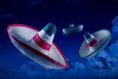 Υψηλή εικόνα αντίθεσης των μεξικάνικων καπέλων/των σομπρέρο στον ουρανό στο Νι στοκ εικόνες με δικαίωμα ελεύθερης χρήσης