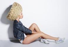 Υψηλή μόδα. Futurism. Εξαιρετική γυναίκα στην τεχνητή στριμμένη περούκα Στοκ εικόνες με δικαίωμα ελεύθερης χρήσης