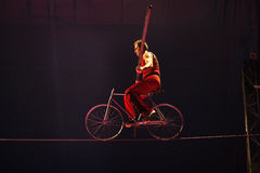 Υψηλή πράξη τσίρκων καλωδίων με το ποδήλατο στοκ φωτογραφίες με δικαίωμα ελεύθερης χρήσης