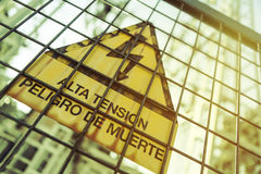 υψηλή τάση Κίνδυνος του θανάτου Σημάδι με το κείμενο στα ισπανικά Στοκ Εικόνες