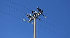 Υψηλή τάση πόλων ηλεκτροφόρων καλωδίων και μετακινώντας διακόπτης Στοκ εικόνα με δικαίωμα ελεύθερης χρήσης
