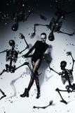 Υψηλή τρομακτική γυναίκα με τους μαύρους σκελετούς Στοκ φωτογραφία με δικαίωμα ελεύθερης χρήσης