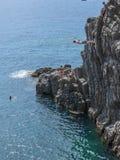 Υψηλός βουτήξτε απότομος βράχος Ιταλία Riomaggiore Στοκ Εικόνα
